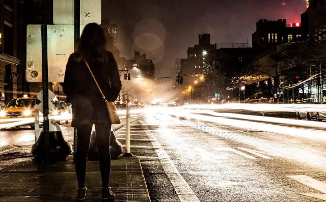 Foto noturna de uma rua usando longa exposição