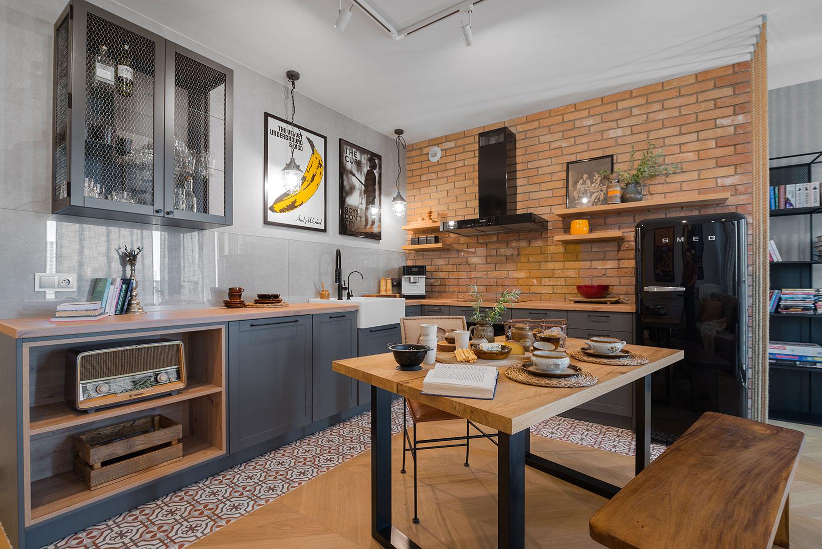 Salon z aneksem kuchennym i częścią jadalnianą