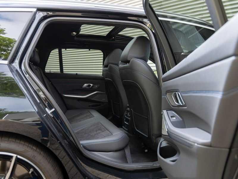 BMW 3 Serie Touring 330i M-Sport - Panorama - Trekhaak - Camera - Harman Kardon afbeelding 16
