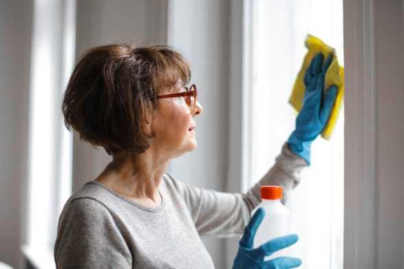 vrouw die raam schoonmaakt