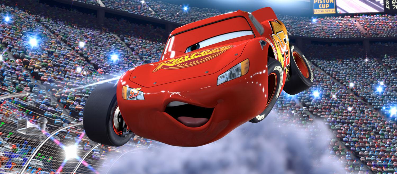 Relâmpago McQueen faz pose para suas fãs em uma corrida
