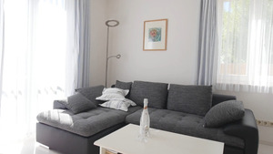 Nahaufnahme des gemütlichen Sofas im Wohnzimmer
