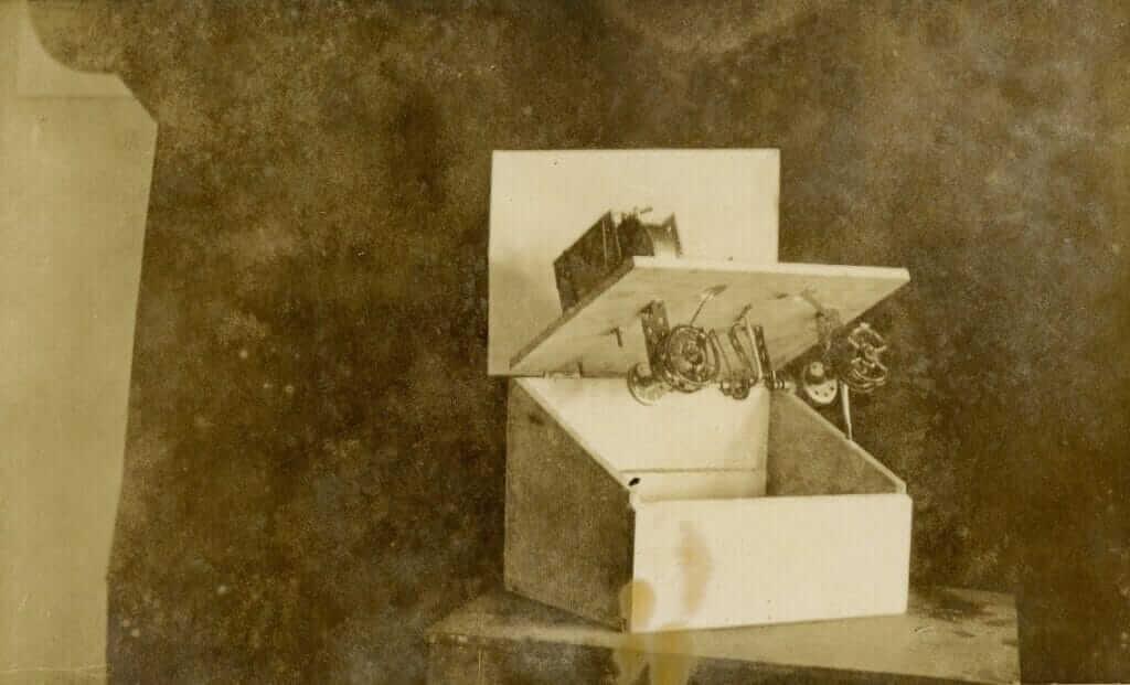 Примерный прототип машинки для чтения, о которой говорил Роберт Браун. По своему устройству она напоминает аппарат для просмотра микрофильмов. Фото: Университет Южного Иллинойса. Источник: euppublishingblog