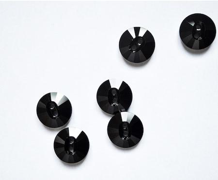 Bouton noir à facettes