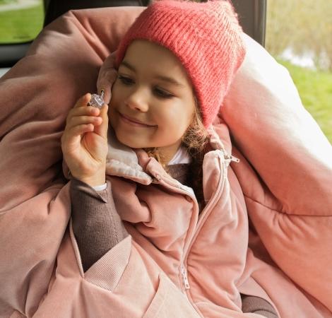 Dziecko ubrane w różowe ponczo dla dzieci Avionaut