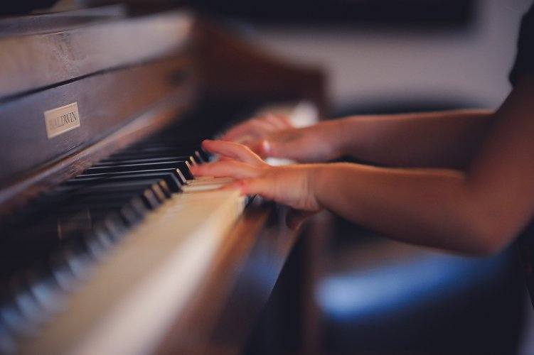 Girl playing piano - Photo by Clark Young on Unsplash