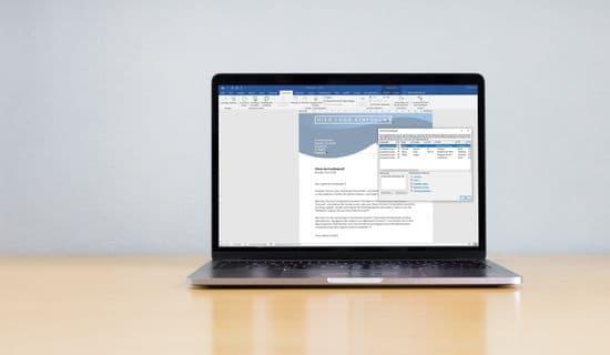 Laptop mit Word-Briefvorlagen