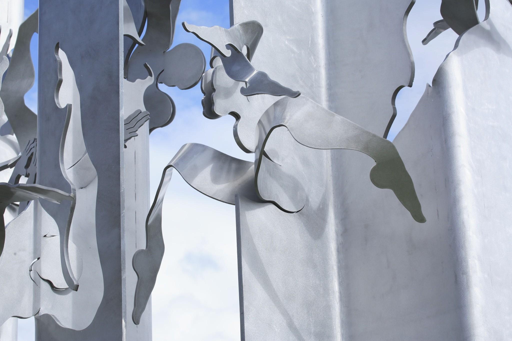 Sculpture façade Les Otimistes