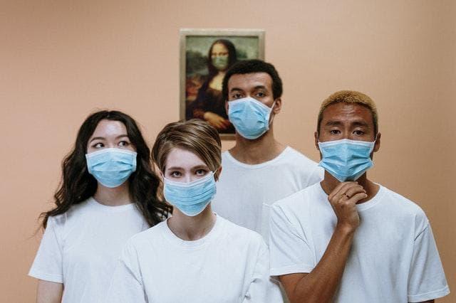 persone indossano mascherina