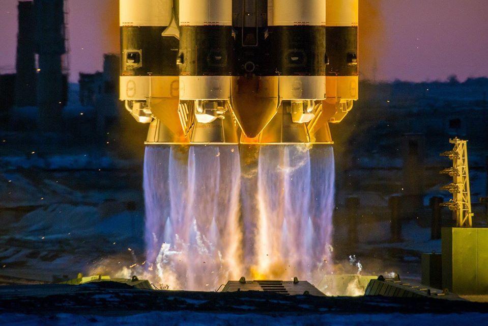 Imaginea 2: Cele 6 motoare RD-275M care propulsează prima treaptă a unei rachete Proton-M, în timpul lansării cu numărul 100 din anul 2019 și a 1500-a lansare de la Baikonur. (Sursă foto: Roscosmos)
