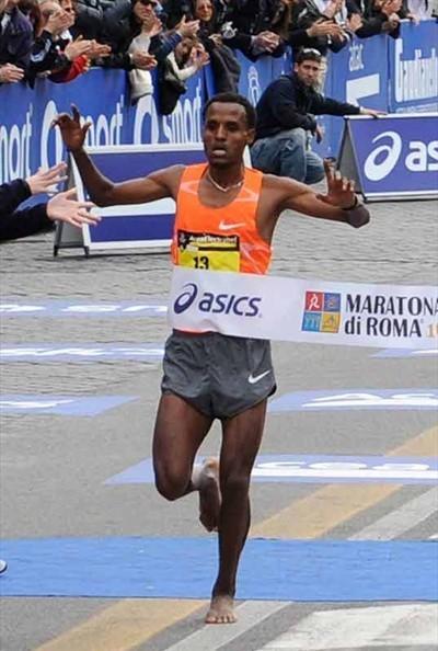 Siraj Gena finishing the 2010 Rome Marathon barefoot