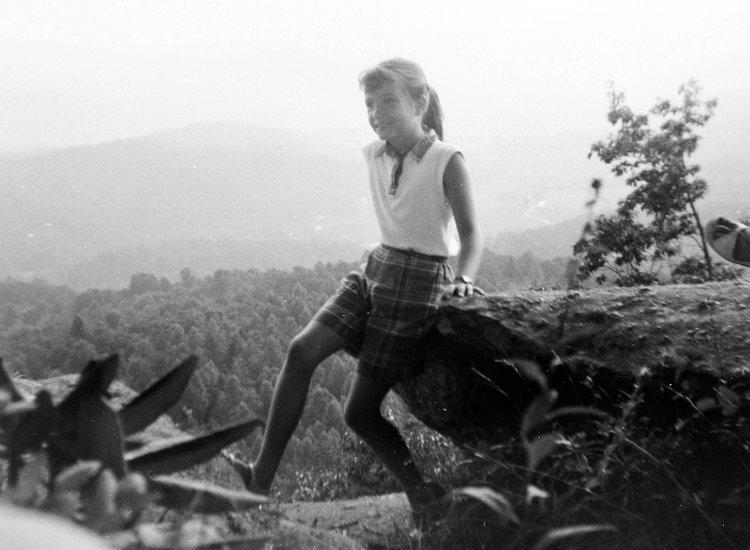Десятилетняя Делия в горах Северной Каролины во время каникул с семьей (1960). Фото: deliaowens.com