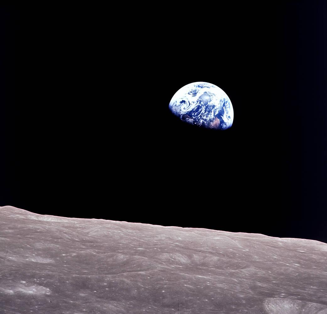 Imaginea 1: Răsăritul Pământului de sub orizontul lunar, suprins de echipajul misiunii Apollo 8, care în 1968 a dat un ocol Lunii, într-un test premergător aselenizării care urma să aibă loc câteva luni mai târziu (sursa foto: NASA)