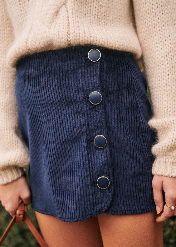 Jupe courte en velours bleu foncé à gros boutons pression