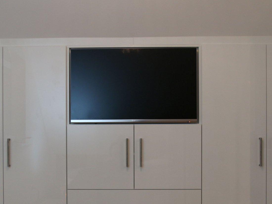 Ein maßgefertigter Einbauschrank von RUPPERTdesign passt millimetergenau. Auf Wunsch mit eingebautem LED TV Fernseher.