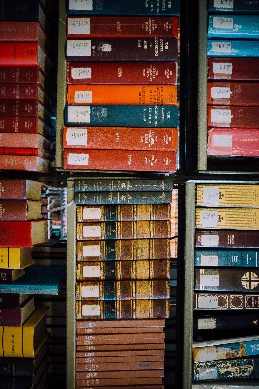Livros em uma estante