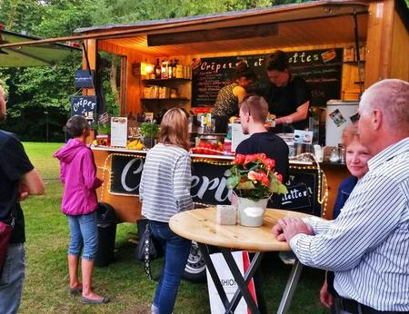 Gemütliche Atmosphäre am Crepestand mit einzigartigem Charme bei einem Street Food Festival in Paderborn