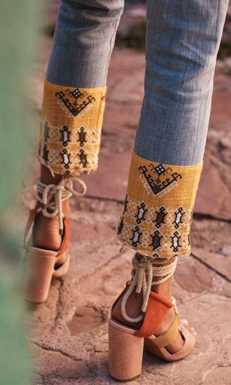 Bas de jeans avec un ajout de bande en tissu coloré