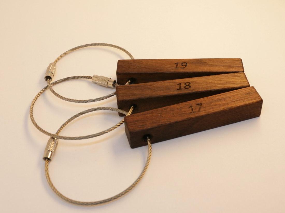Schlüsselanhänger aus Holz für Ihre Hotel. Hier: Nussbaum, 65mm