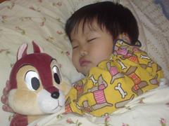 3才5ヶ月、リスと寝てる