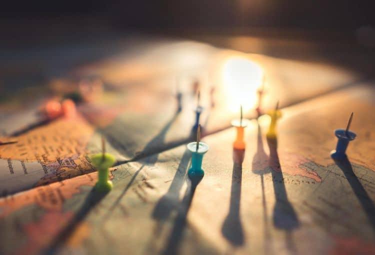 Bunte Weltkarte mit Pins
