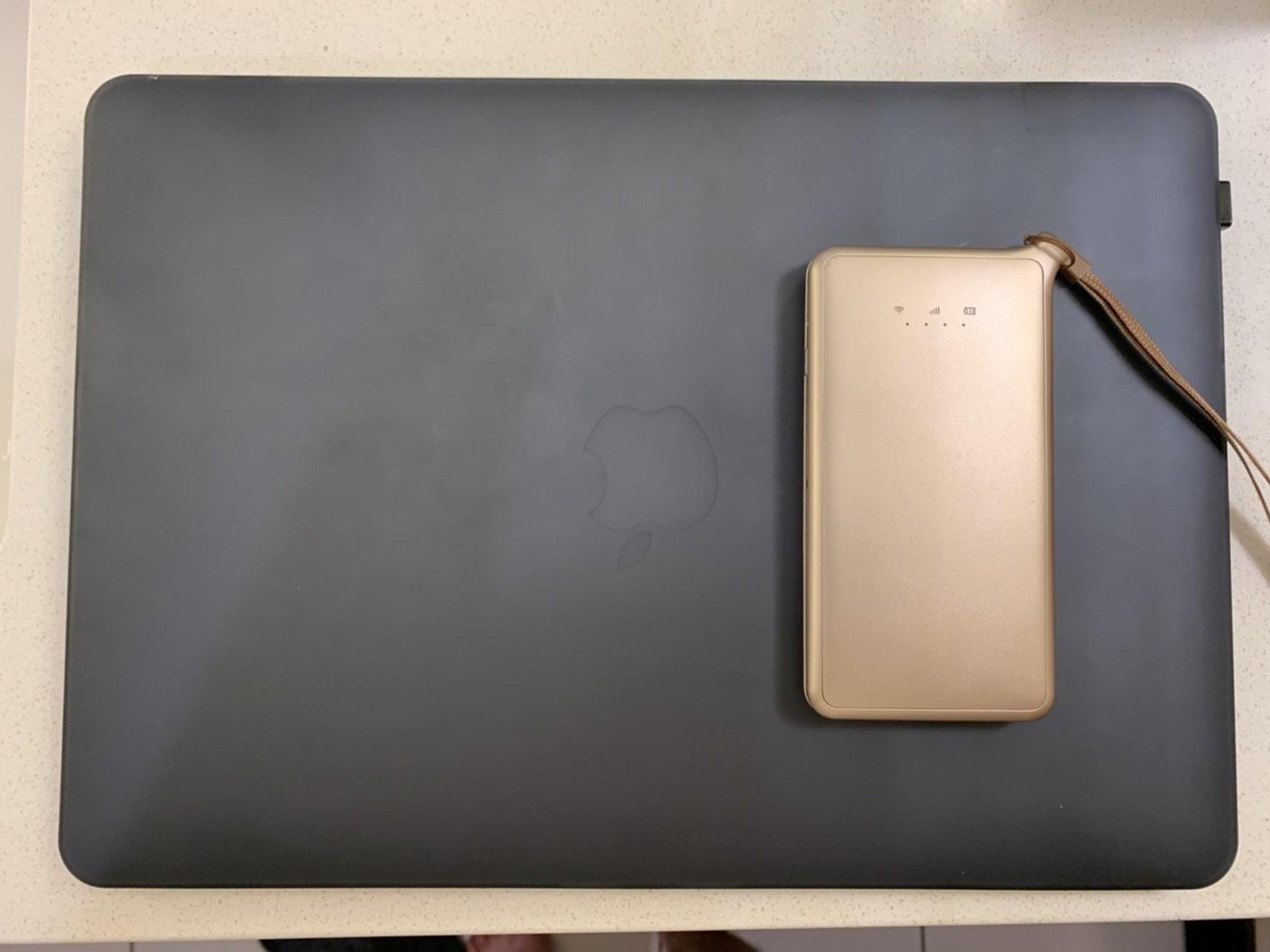ポケットWiFiとパソコンの画像