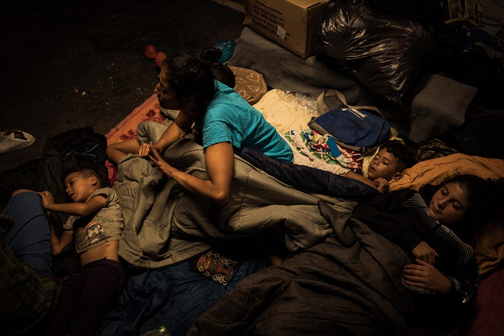 Eine obdachlose Flüchtlingsfamilie schläft auf den Straßen von Lesbos. Foto: Nicola Zolin