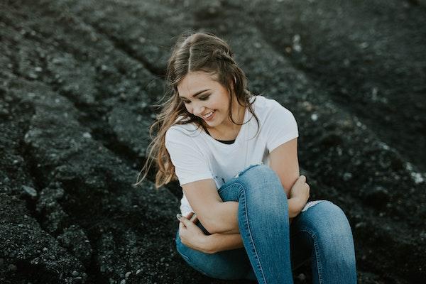 chica joven morena sentada