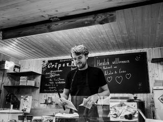 Mobile Kleinküche in Holzoptik mit variationsreicher Speisekarte und Bio-Kaffee bei einem Firmenjubiläum