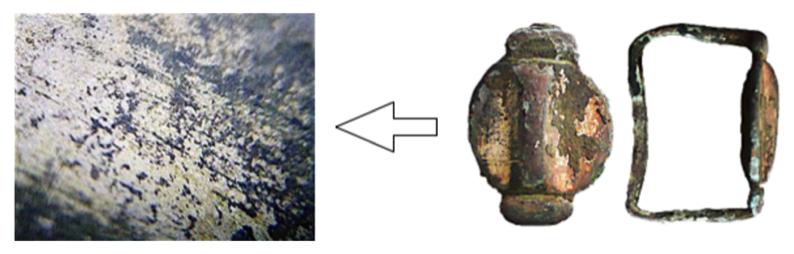 Pohjoispään artefaktit (19 kpl) on ilmeisesti tarkoituksella koottu yhteen ja asetettu.