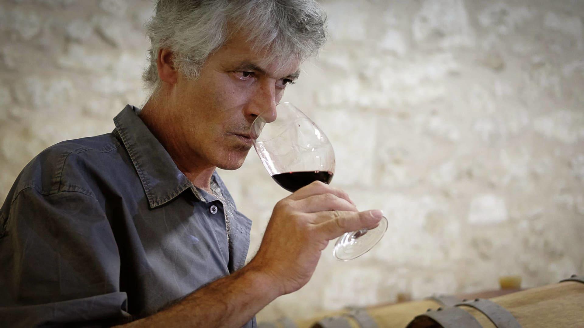 Olivier dégustant du vin