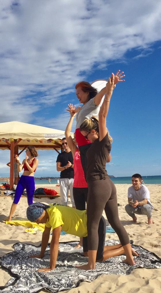 yoga acroyoga ancianos playa