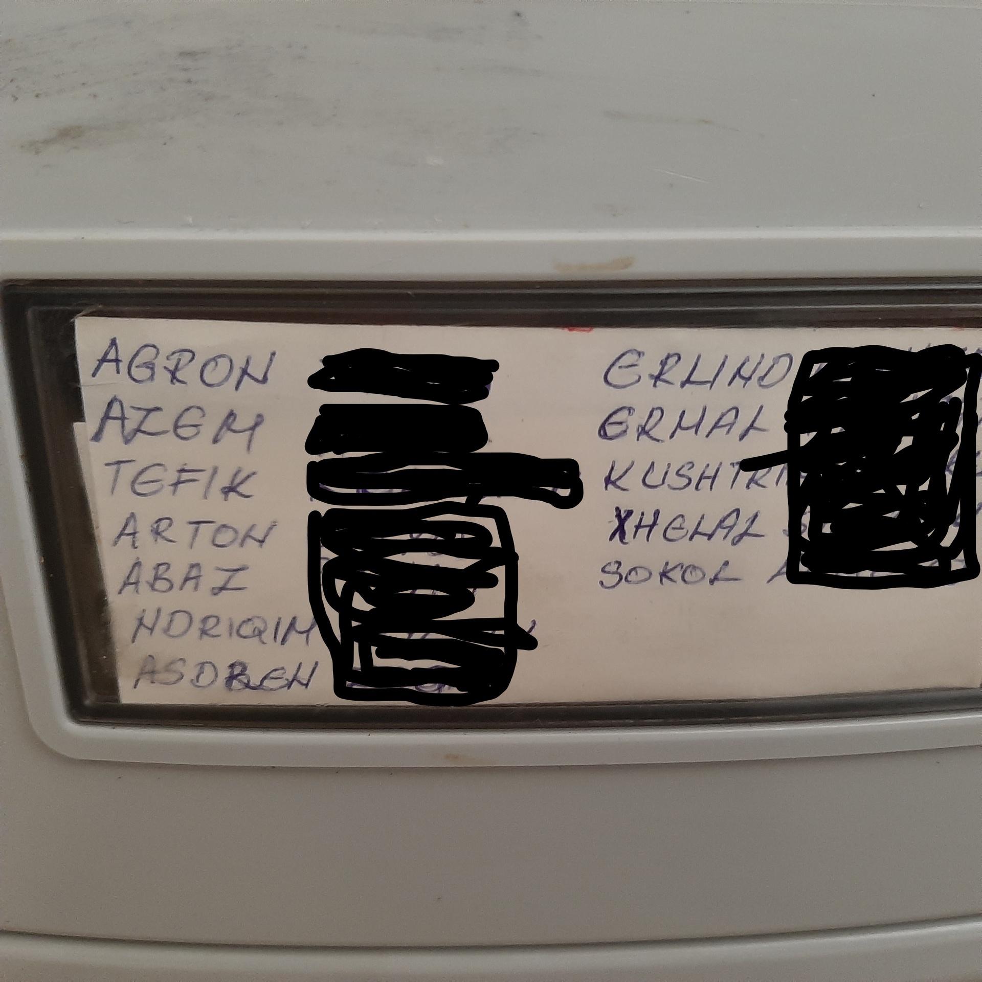 Del seznama stanovalcev Stritarjeve 8 na poštnem nabiralniku.