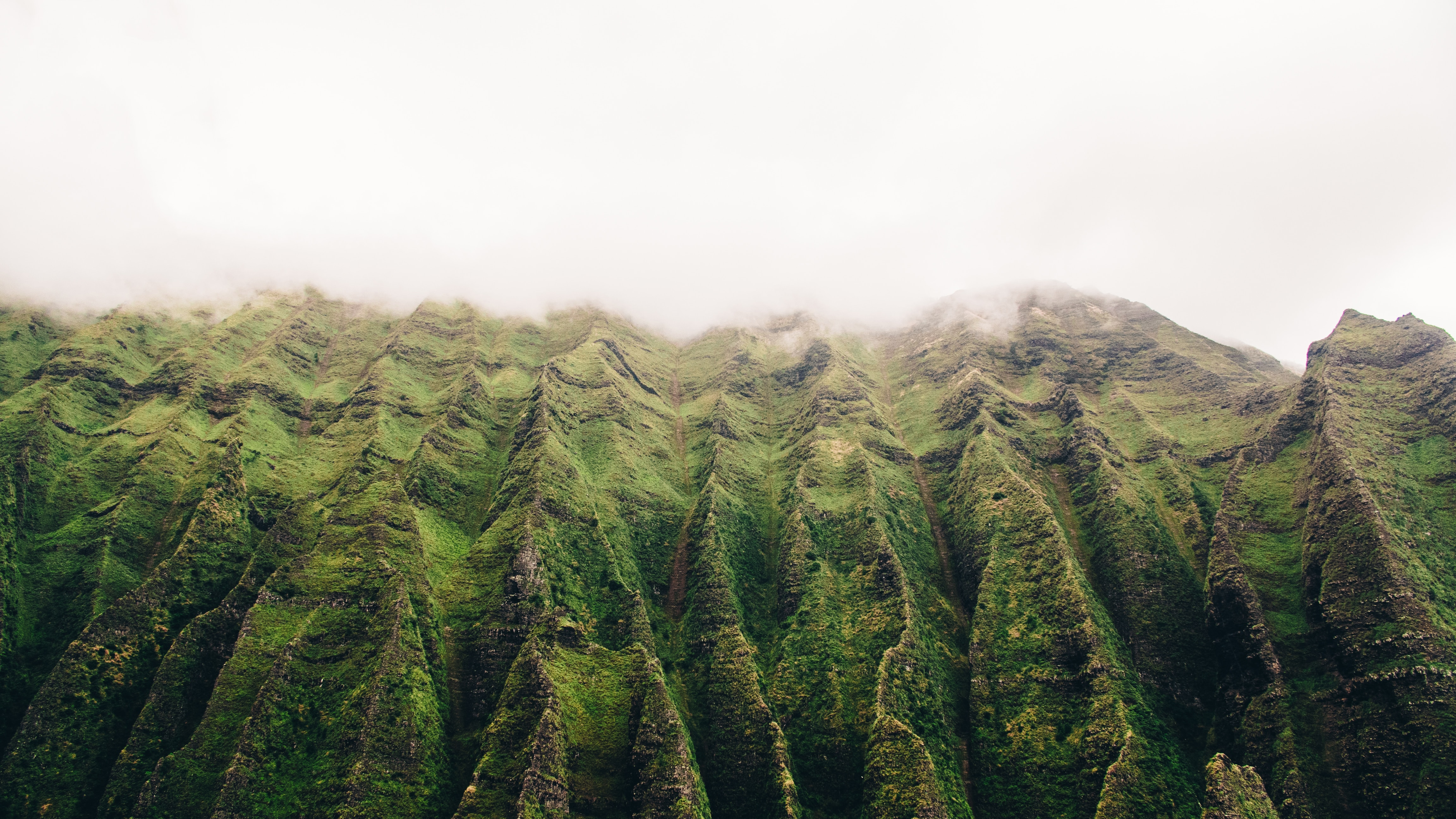 Imagem de um caminho nas montanhas se aproximando das nuvens