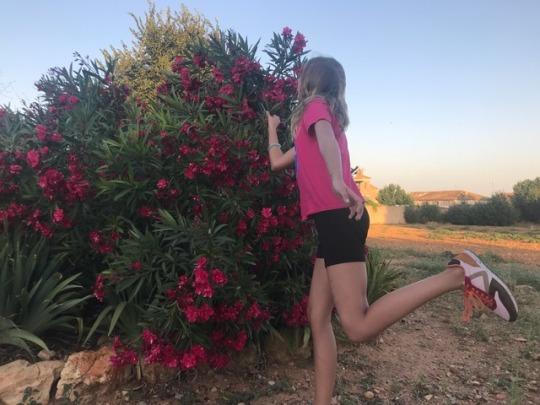 adolescente-oliendo-flores