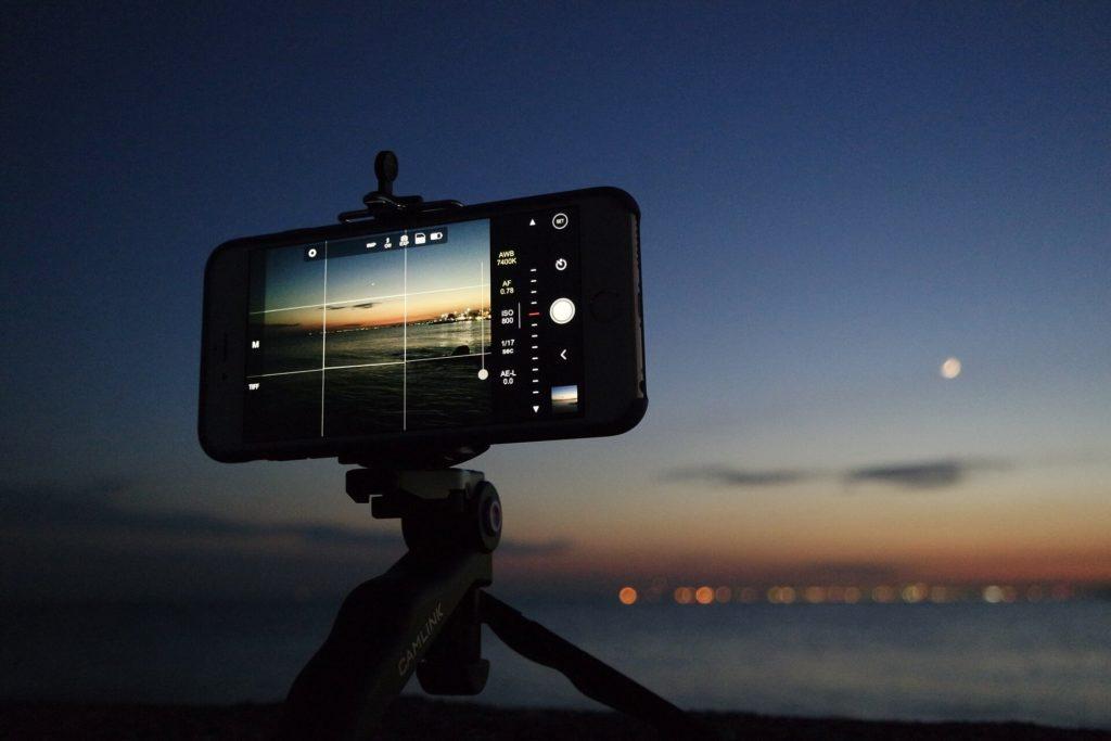 Foto com pouca luz - celular sobre um tripé