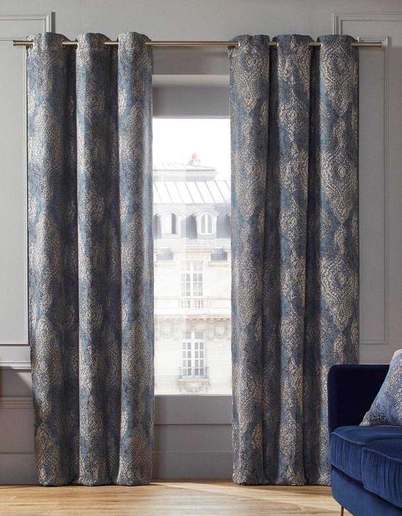 Long rideaux blancs à motifs bleus
