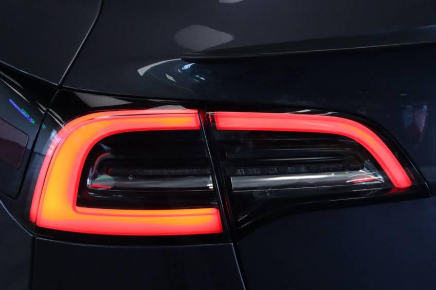 """Tesla Model 3 Long Range   prijs ex.btw 45.889,-   4% 19""""LM Grijs Zwart Performance Look afbeelding 8"""