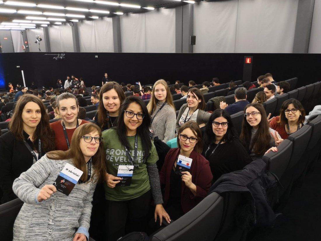 Fotografía de un grupo de #Adalabers en el auditorio mirando a cámara.