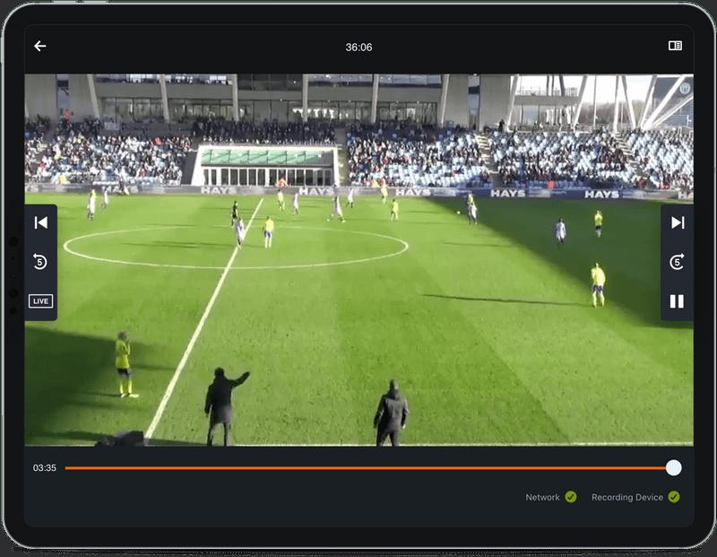 サッカーのビデオ映像を映すタブレット
