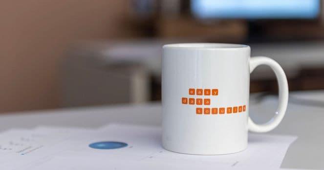 Weiße Tasse mit easy data solution Logo