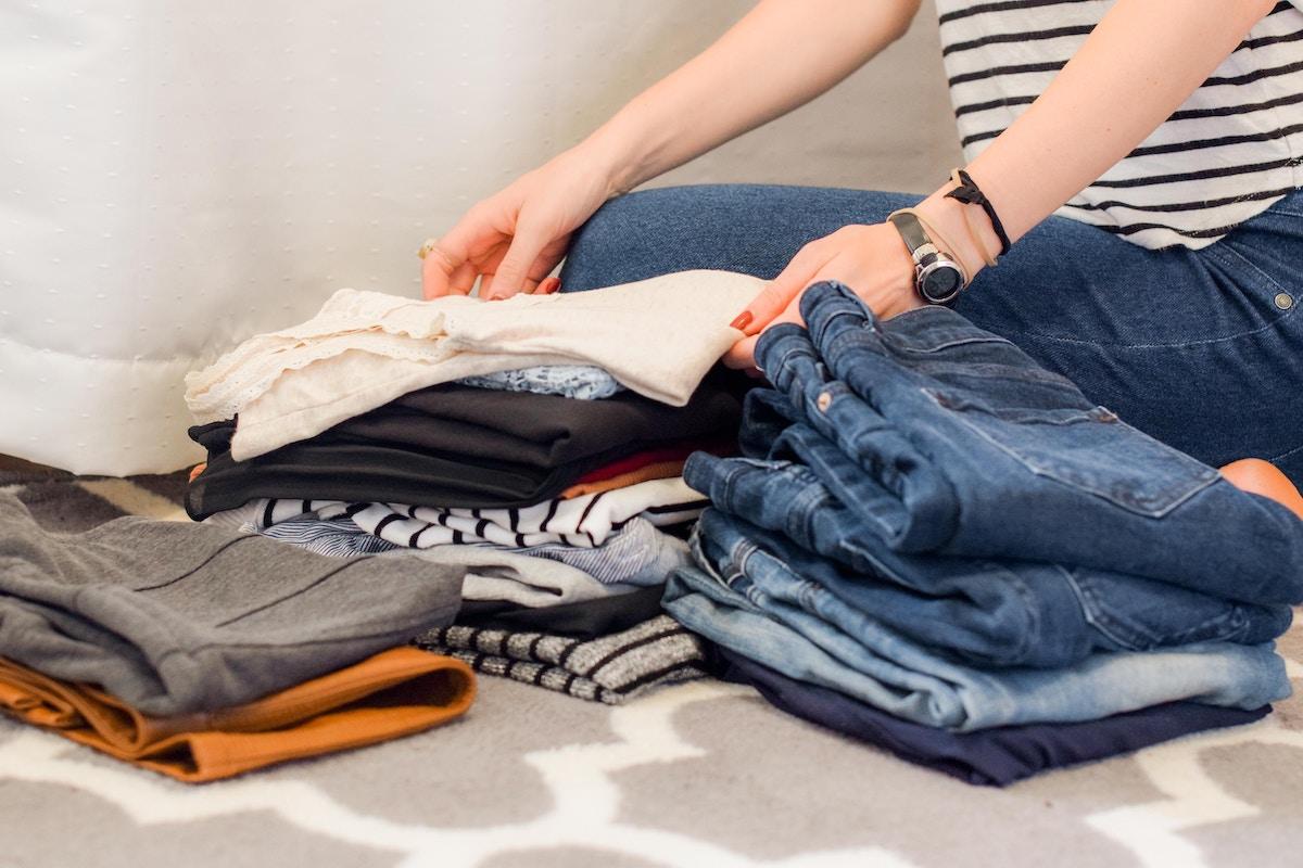 mujer ordenando ropa