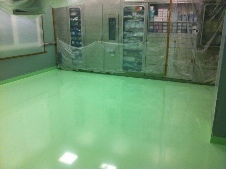 Strumentazione medica in una sala con pavimento e battiscopa in resina sicura e facilmente igienizzabile.
