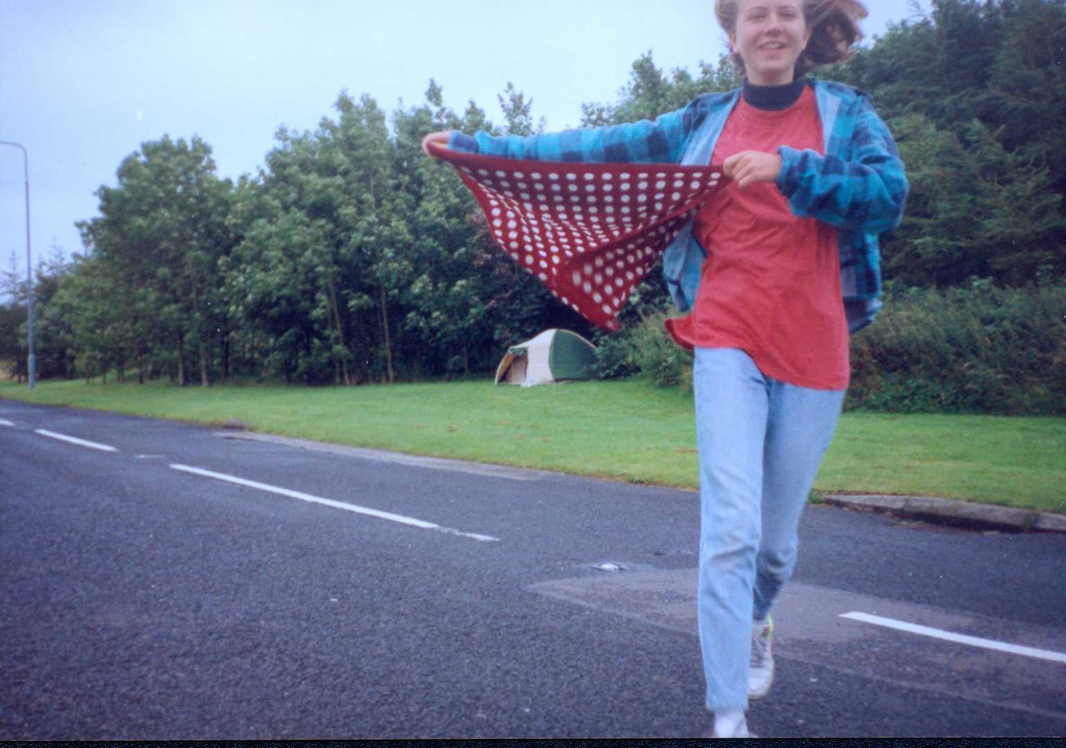 Danica beží so šatkou