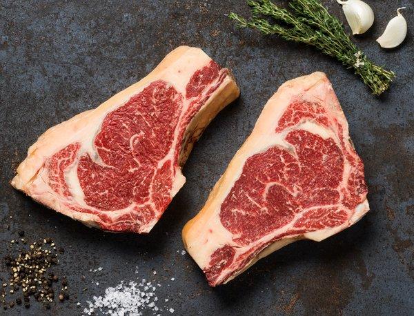 Två köttbitar som ligger på en platta