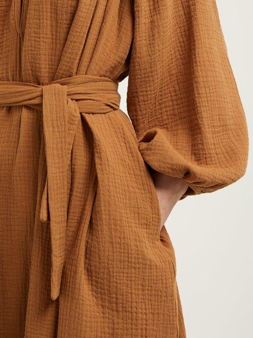 Robe cintrée par une ceinture en tissu