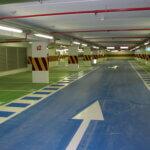 Box auto con pavimentazione in resina colorata a contrasto.