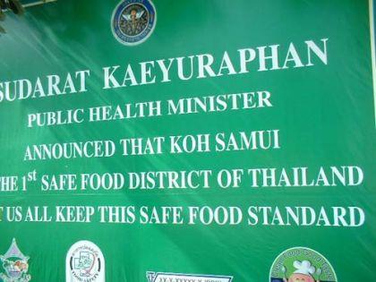 """Dafür ist Koh Samui das Safe-Food-District Nummer 1 Thailands. Auch gut zu wissen. Gestern abend war ich knapp davor, einem der Stra?enhändler solche lecker riechenden verkrustet gebratenen komischen Etwasse abzukaufen. Aber noch war die Vorsicht grö?er.            Wenn man ganz genau sucht, findet man auch die Kalenderfotoplätze. Muss nur noch eine bessere Kamera her.  Und wie man im folgenden Bild von der Welle verwaschen nur noch schemenhaft erkennen kann --- ja, ich habe meine Fü?e ins Chinesische Meer getaucht. Mission accomplished.            Jedenfalls sind es 87 Kilometer, wenn man die """"Ringstra?e"""" fährt und alle halbwegs ausgebauten Stra?en dazunimmt, die ein wenig weiter um die Ringstraße gehen. Verfährt man sich dann und wann noch ein wenig, kann man viel Spa? haben und einen gut verbrachten Tag erleben."""