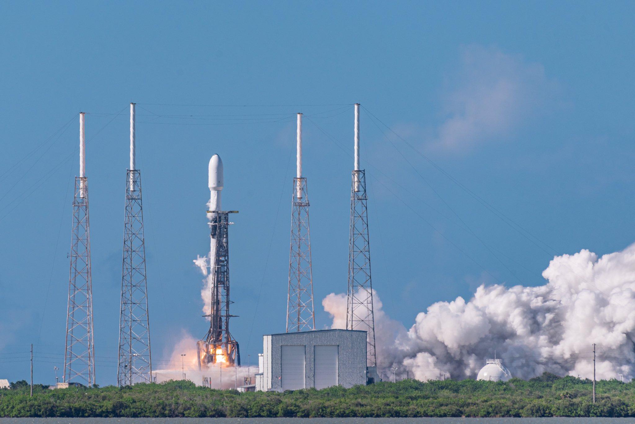 Figure 1: Lansarea rachetei Falcon 9 cu treapta primară B1058 de pe rampa SLC-40 de la complexul spațial Cape Canaveral, Florida.