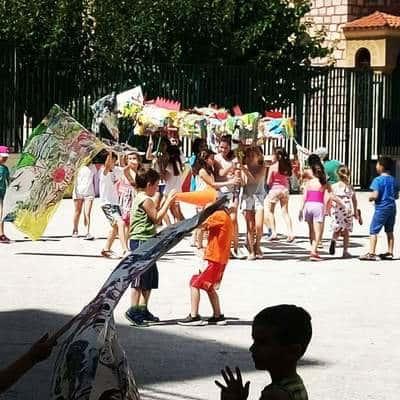 Παιδιά παίζουν σε σχολείο με πραγμάτα που εχούν φτιάξει.